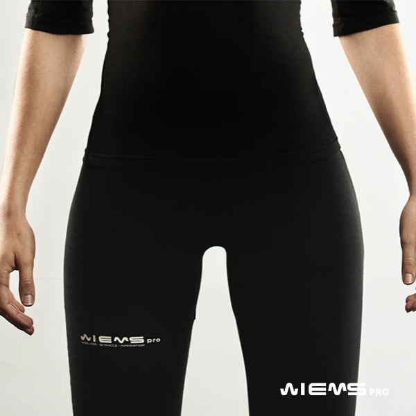 Abbigliamento EMS pantalone donna - L'abbigliamento EMS pantalone donna è studiato specificatamente per l'utilizzo con la tuta WiemsPro. Grazie a questo capo gli elettrodi dell'elettrostimolatore integrato nella tuta possono lavorare correttamente durante tutta la sessione di allenamento.