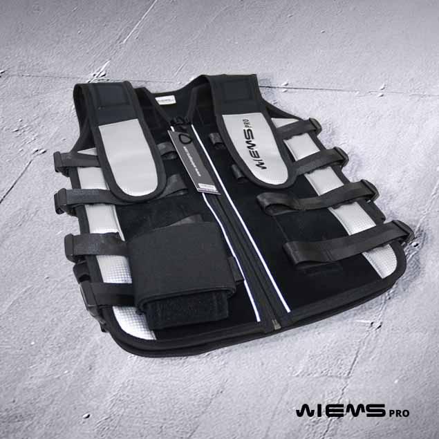 Jacket EMS regolabile Silver - Il Jacket EMS regolabile Silver appartiene alla categoria delle tute EMS professionali destinate ad essere utilizzate da più persone con corporatura differente.